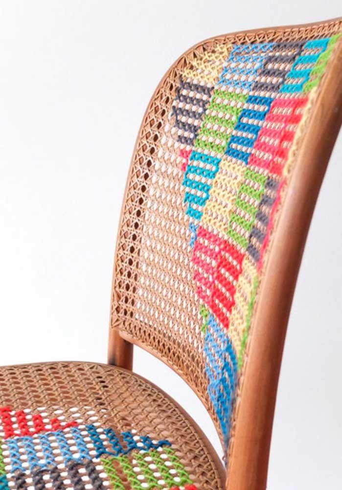 Seguindo a ideia anterior, a proposta aqui foi usar uma cadeira como base para o ponto cruz; qualquer superfície com tramas pode ser usada para a técnica