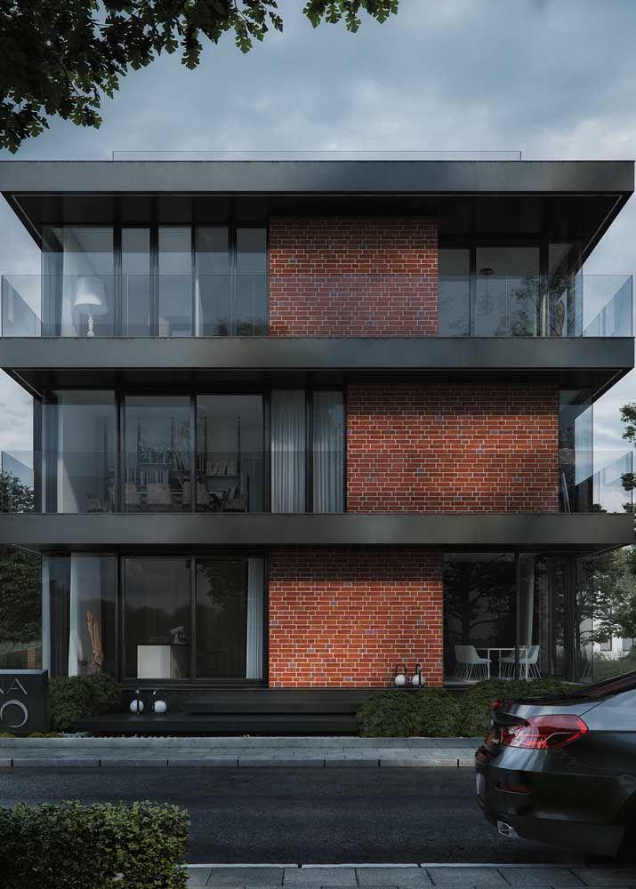 Vidro fumê e tijolinhos para criar uma fachada moderna e com um toque de rusticidade