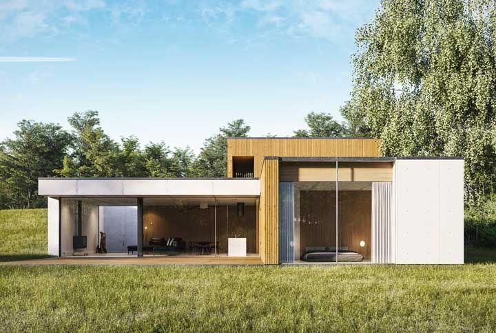 A casa simples, de arquitetura moderna, optou por paredes de vidro para ficar mais próxima da natureza