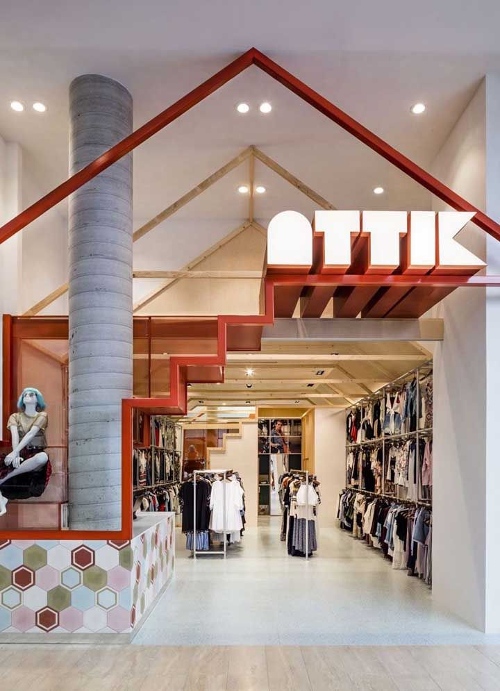 Essa loja de roupas investiu em uma fachada com mezanino