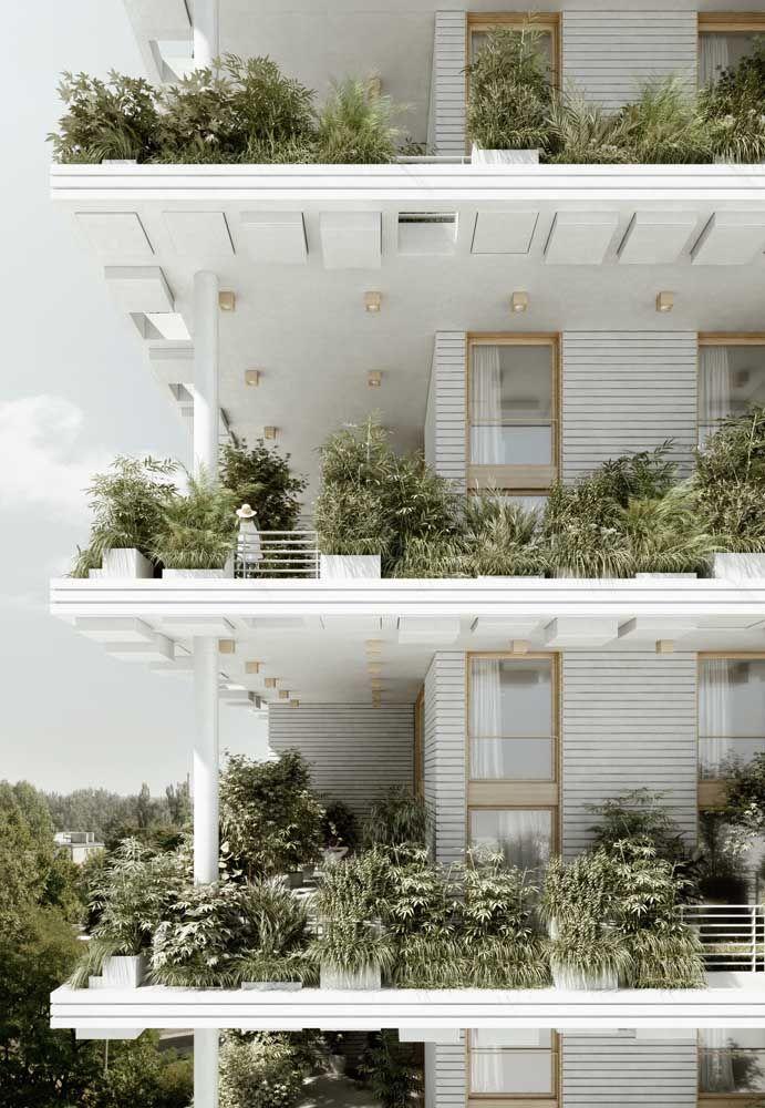 Já nessa fachada de prédio, o verde das plantas chega a encobrir o guarda corpos