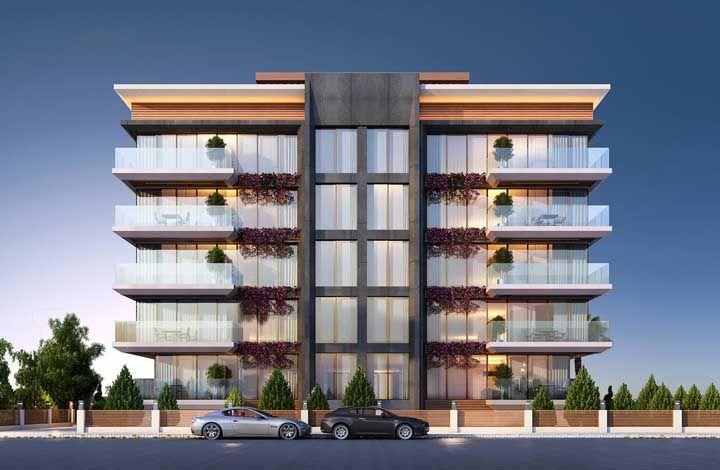 A fachada de vidro desse prédio impressiona, mas são as plantas que garantem aquele charme especial