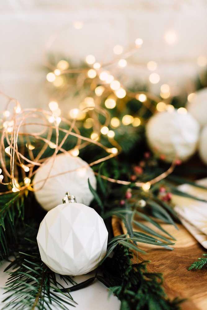 O clássico branco e dourado sabe como ninguém valorizar a decoração da mesa de natal
