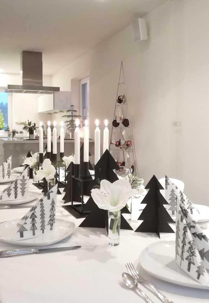 Uma decor moderna e minimalista de natal pede por cores neutras como o preto e branco