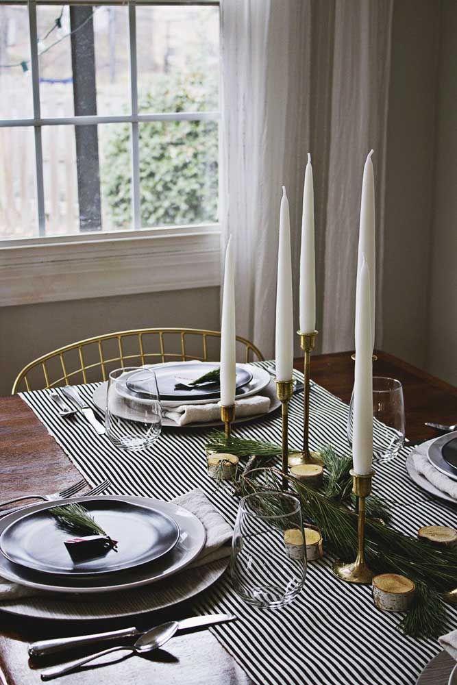 Velas altas para um enfeite de mesa de natal elegante e sofisticado