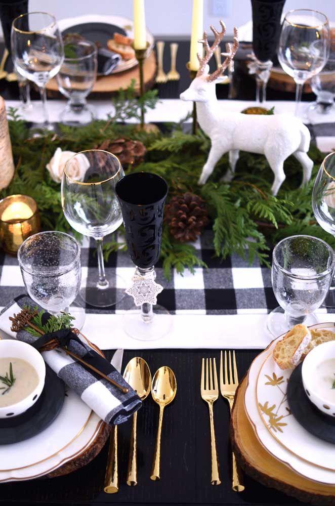 Preto e branco no natal? Aqui a dupla cromática foi usada sem medo, mas é o enfeite de mesa feito com folhas de pinheiro e pinhas que evoca o espirito natalino para a mesa