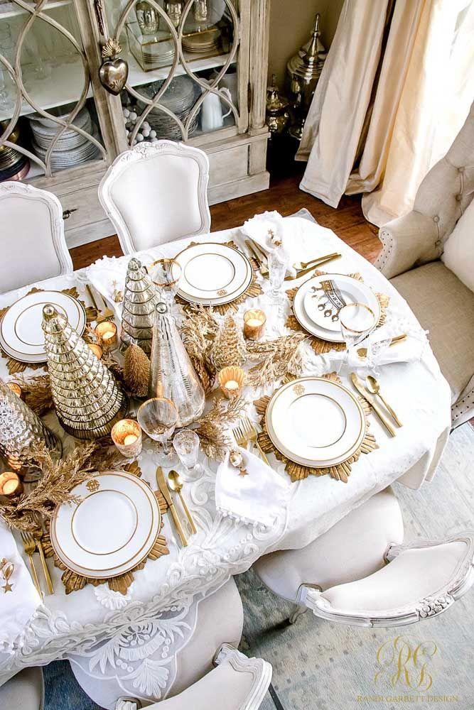 A mesa elegante e bem posta investiu em enfeites dourados para ficar ainda mais bonita