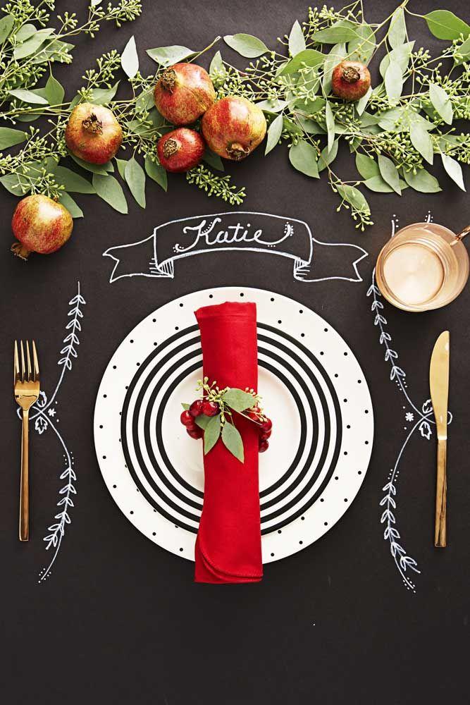 Romãs, símbolo da fartura, se destacam nessa mesa de natal