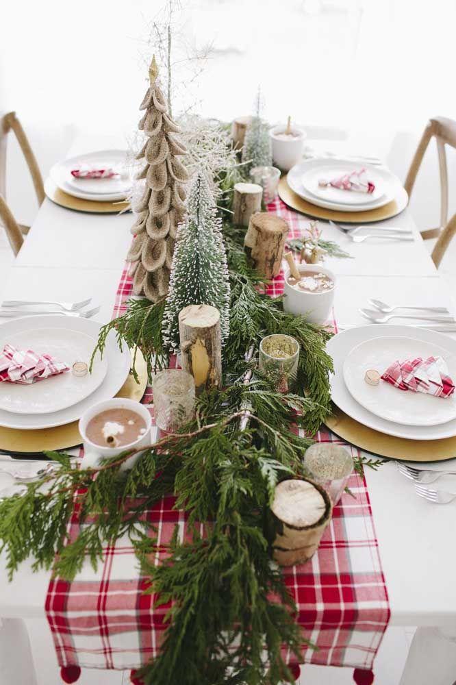 Aqui, o enfeite de mesa é praticamente todo o pinheiro! Sob ele, uma faixa xadrez para compor as cores do natal