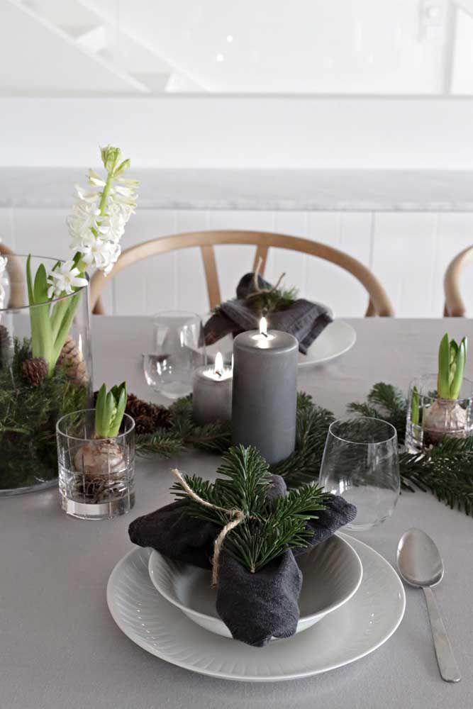 Uma rena dourada para combinar com a louça sobre a mesa