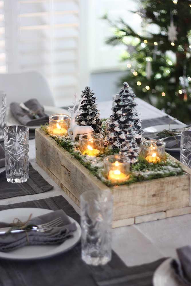 O que a magia do natal não faz né? Consegue transformar um simples caixote de madeira em um enfeite lindo para a mesa
