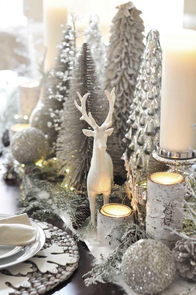 A rena encontrou seu habit natural sobre essa mesa ricamente decorada com pinheiros