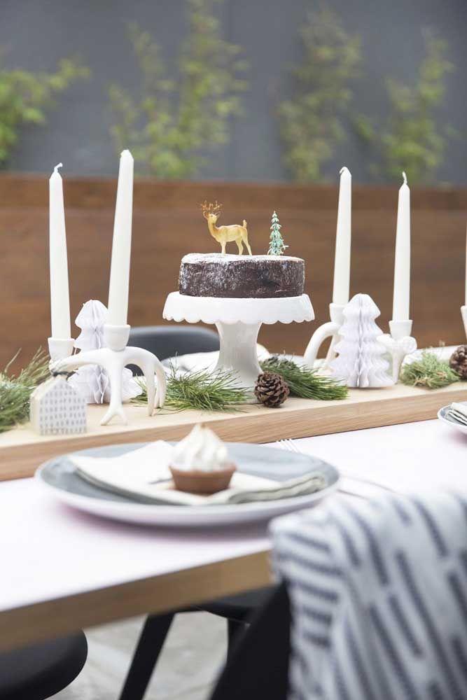 E que tal um bolo de chocolate como enfeite de mesa? Complete a decoração com algumas velas