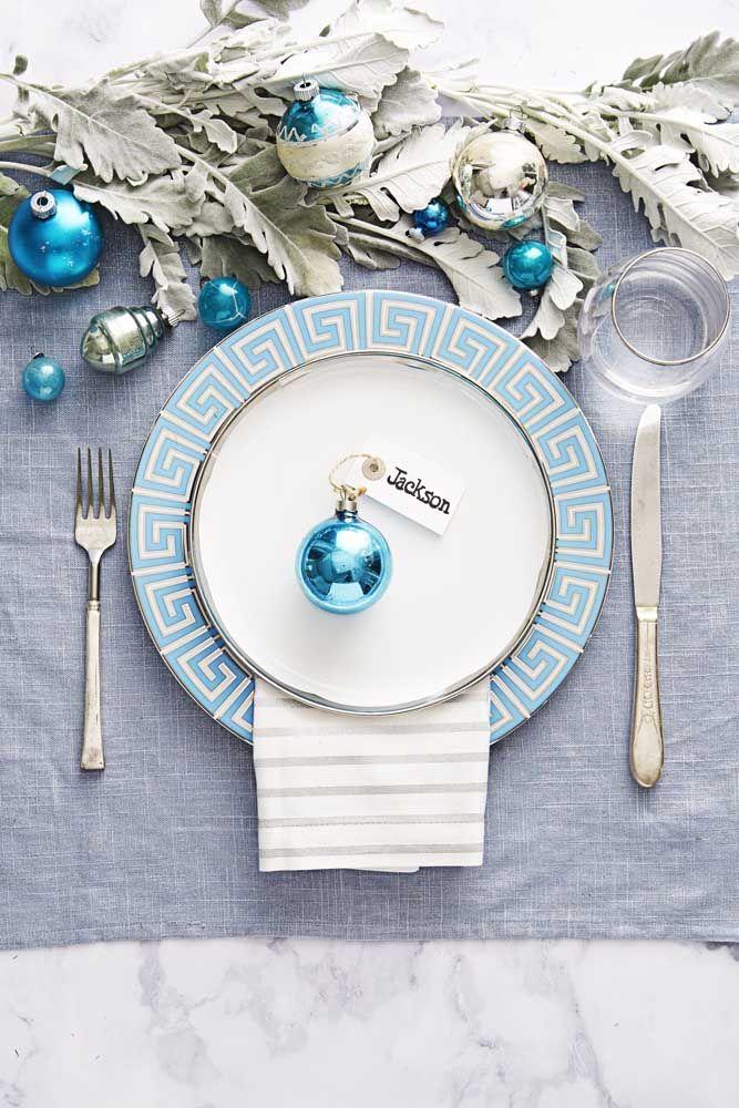 O azul também faz a vez nessa mesa, mas em um tom bem mais descontraído