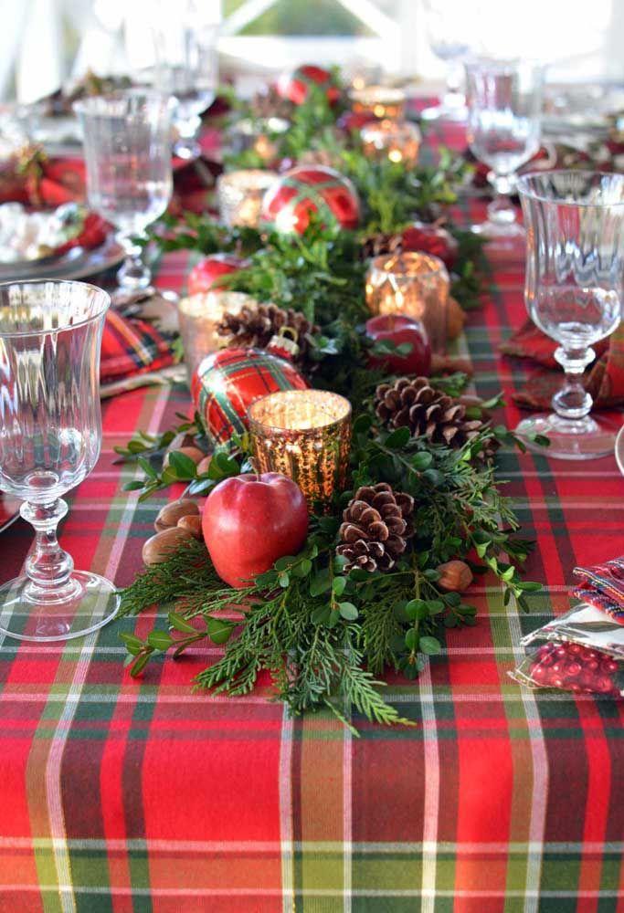 Leve cor e vida para a mesa do natal usando frutas e galhos de folhas verdes
