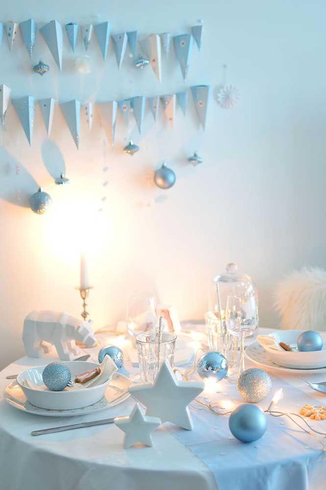 Estrela e urso polar dividem espaço com a louça e os talheres nessa mesa de natal pequena
