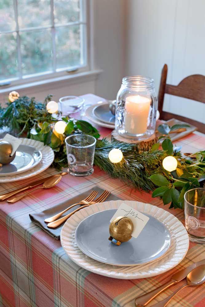Que tal colocar um varal de lâmpadas como enfeite da mesa de natal?