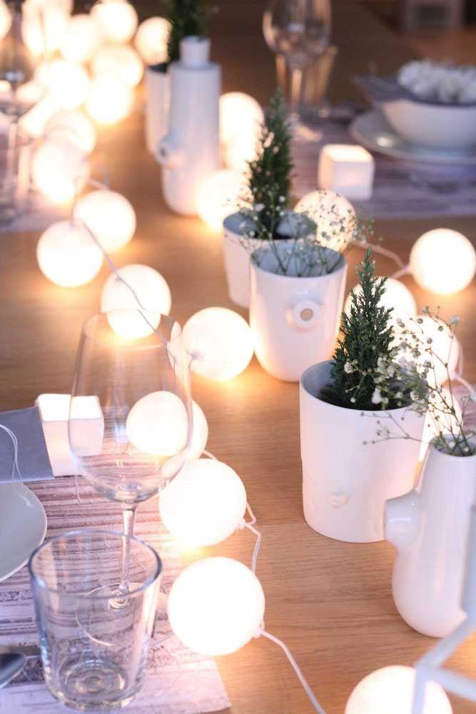 Pinheirinhos naturais em potinhos de cerâmica para deixar os convidados encantados