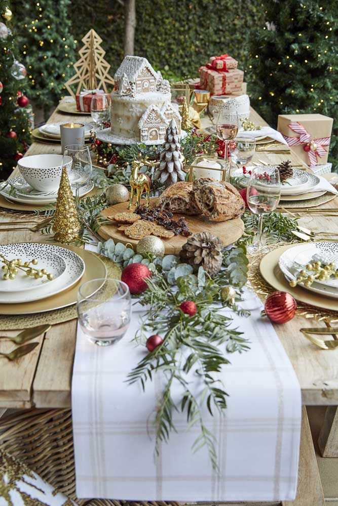 Para uma mesa de natal ser acolhedora precisa de uma decoração especial, como essa da imagem