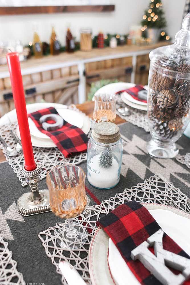 As pinhas dentro do vaso de vidro são o grande destaque dessa mesa de natal