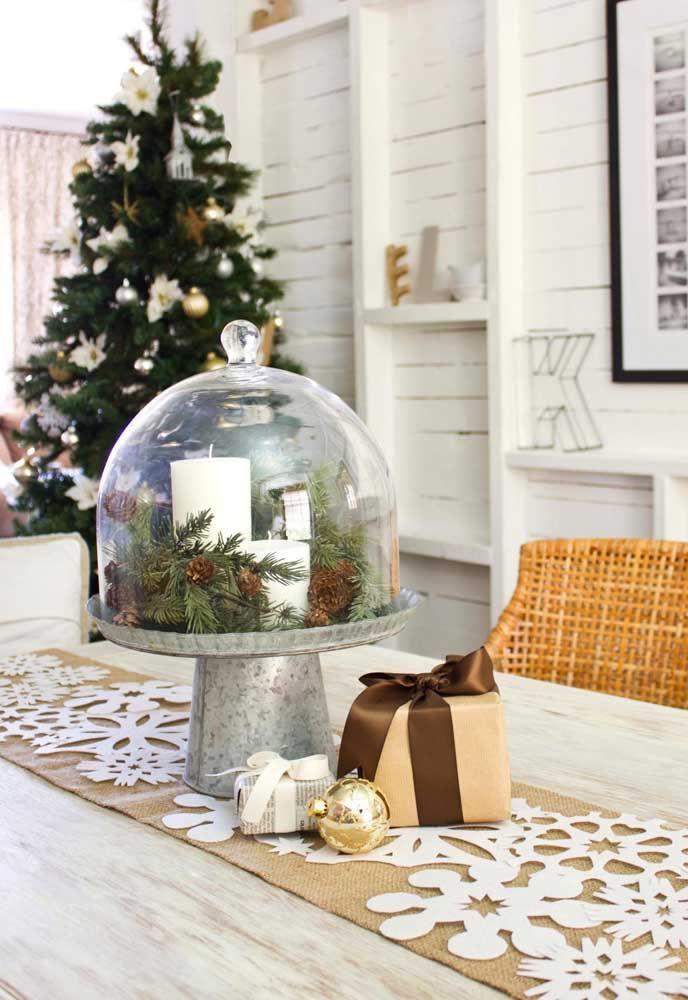 A casa entra no clima do natal muito antes do dia 25, por isso pense em um arranjo de mesa natalino para o dia a dia também