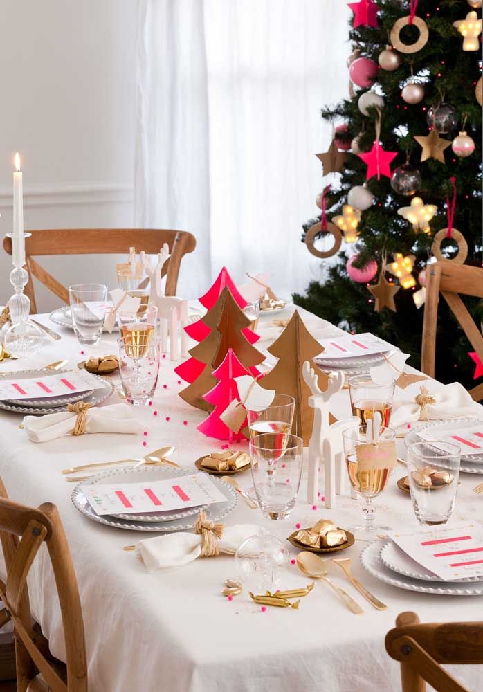 Para a mesa pequena, a opção foi usar enfeites que não atrapalhem o movimento e o conforto dos convidados