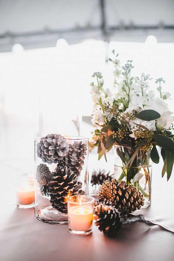 Um simples pote de vidro com pinhas e tcham tcham tcham: você cria um enfeite de natal para a mesa