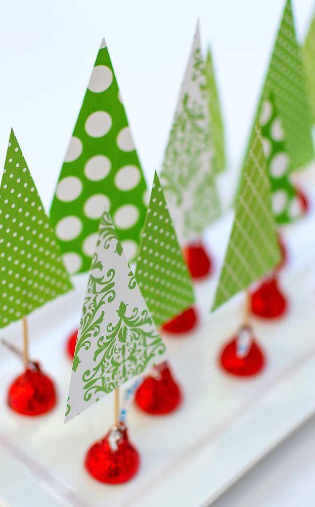 Mini árvores de natal para enfeitar a mesa; detalhe para o pé da árvore feito com bombom