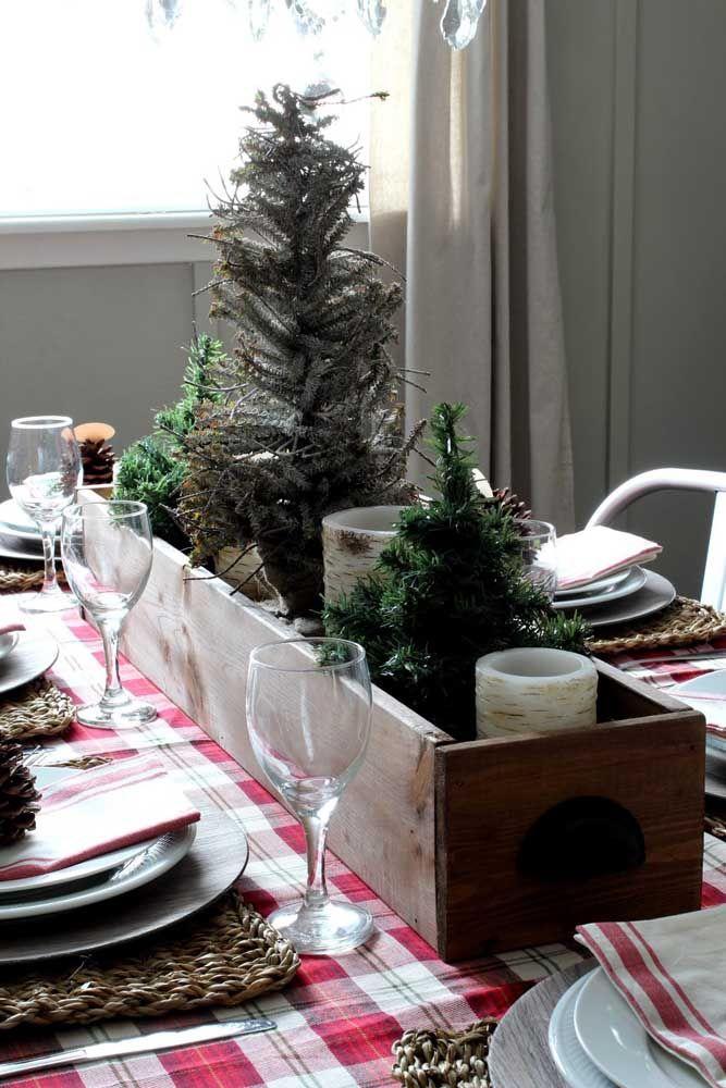 O pano xadrez vermelho pede um enfeite de natal com madeira e tons de verde