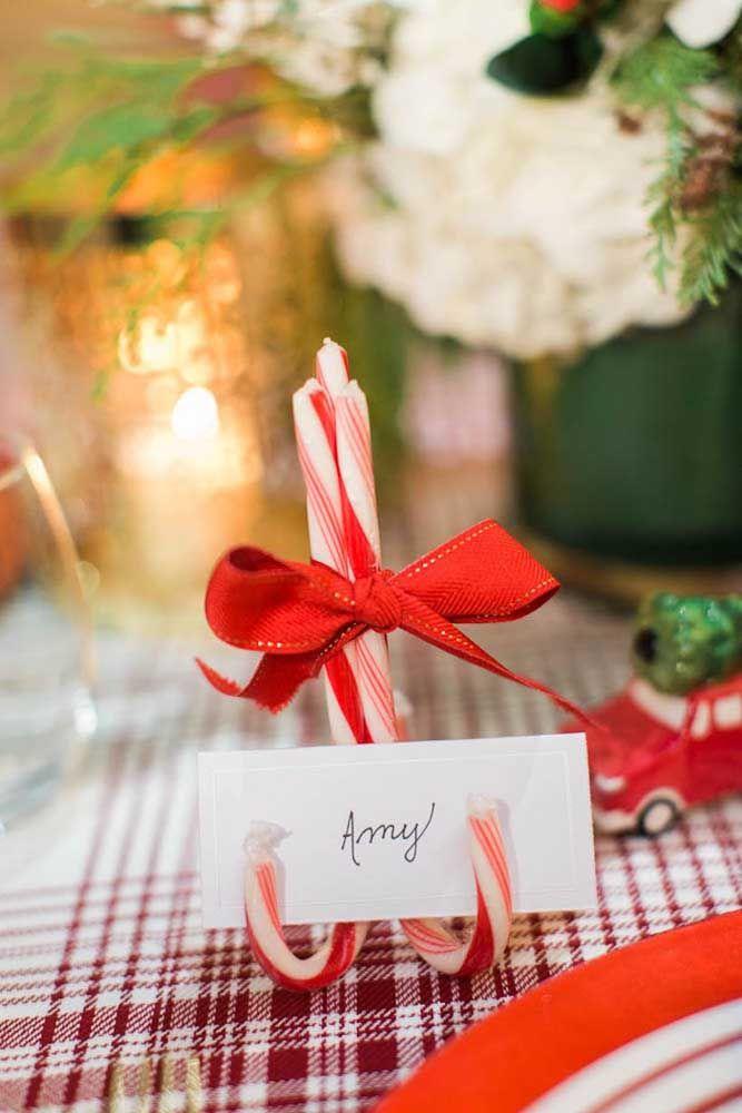 Faça uma graça para os seus convidados colocando o nome deles sobre a mesa com o apoio de um enfeite especial