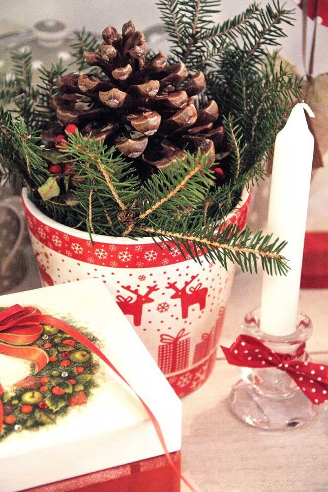 Pinhas e algumas folhas de pinheiro e o enfeite de natal para mesa já está pronto