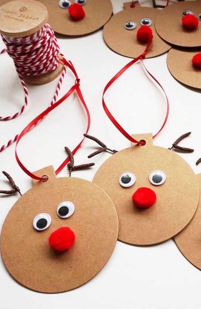 Pegue CDs, papel cartão e olhinhos para formar alces para arvore de natal