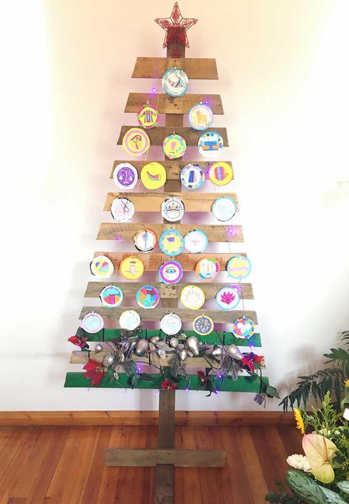 Uma árvore de pallets e CDs: não podia ser mais sustentável