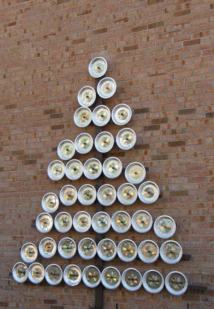 Aqui, os CDs foram colocados dentro daquelas marmitas descartáveis de alumínio para formar a árvore de natal