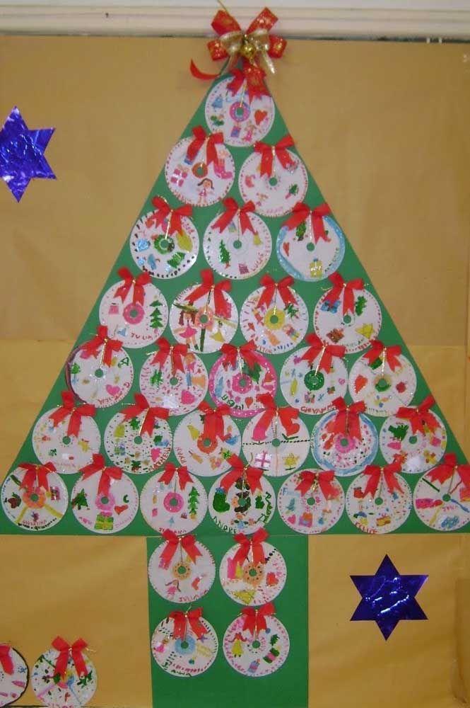 O papel verde cria o fundo para essa árvore de natal de CDs