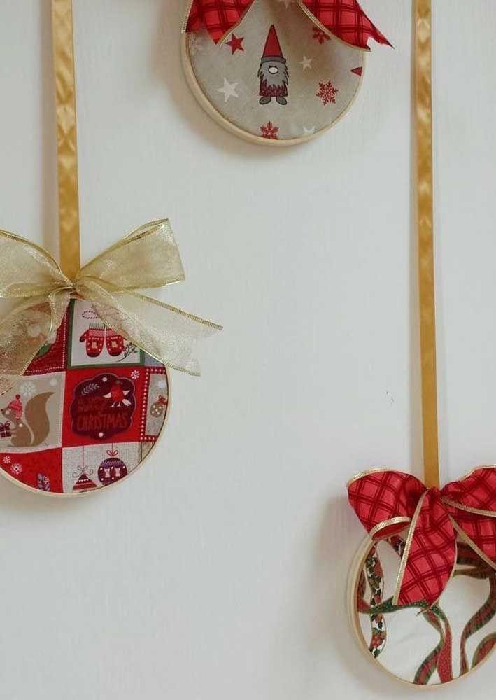 As fitas de cetim seguram o enfeite de natal feito com CD