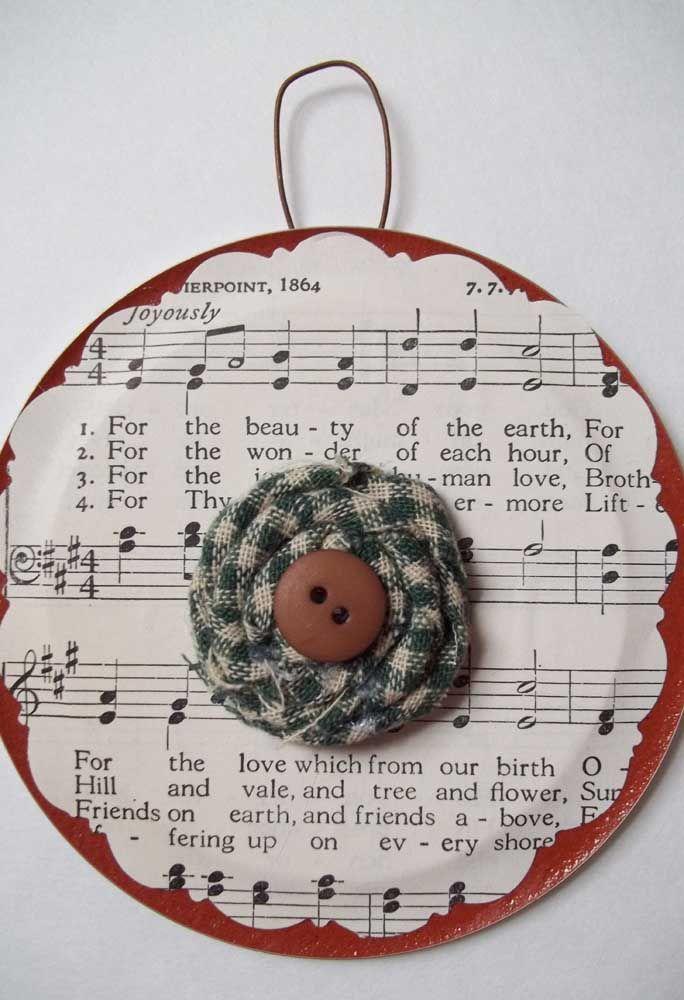 Enfeite de natal feito com uma partitura musical