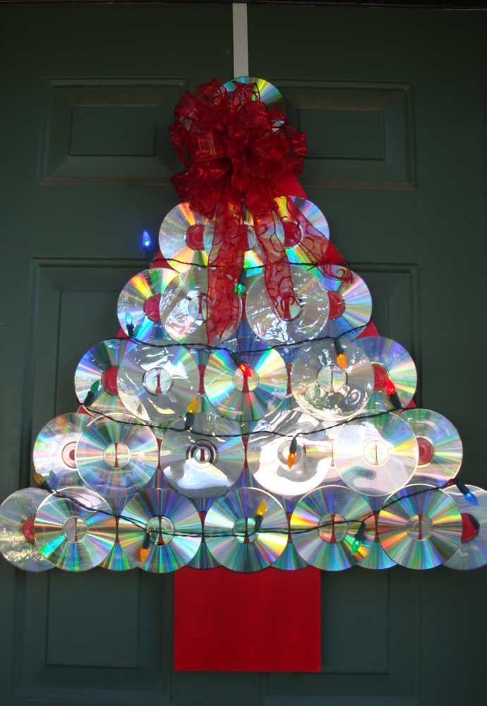 Ao invés de usar uma guirlanda na porta, use uma mini árvore de natal feita com CD