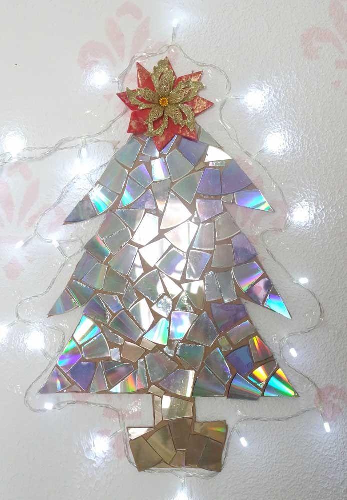 E o que fazer se o CD estiver trincado ou quebrado? Use os caquinhos para criar um enfeite de natal com cara de mosaico