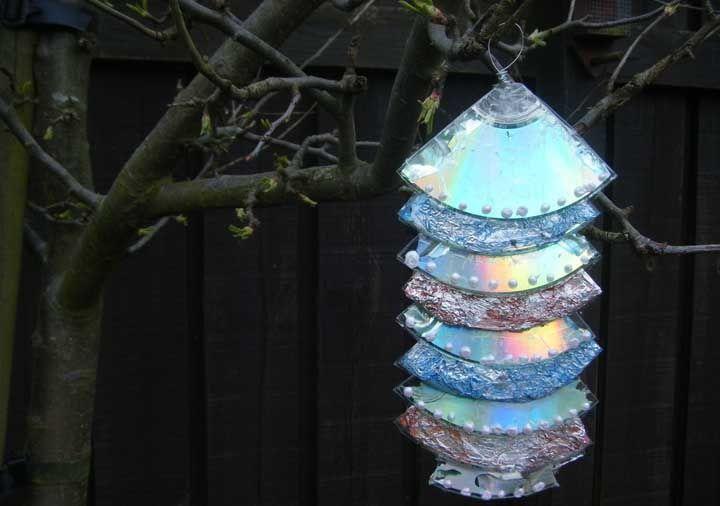 Corte os CDs e os decore com mini pérolas para criar uma árvore de natal encantadora