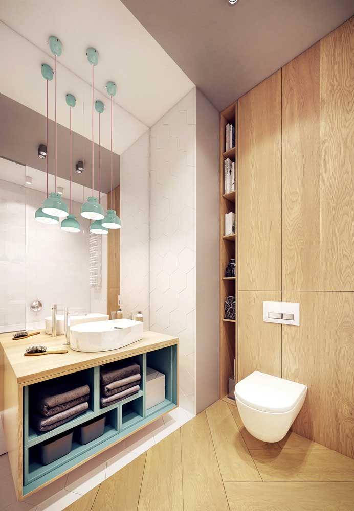 Para esse banheiro, uma combinação equilibrada entre madeira clara e azul turquesa