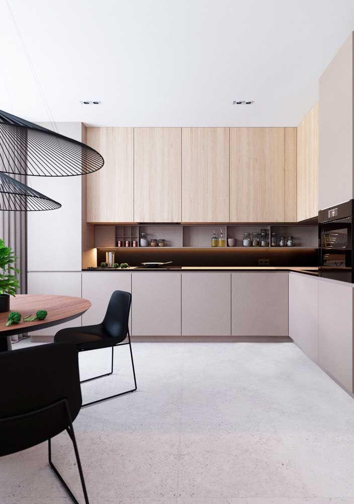 A cozinha moderna apostou na combinação entre madeira clara e cinza para o armário