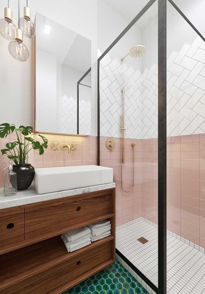 Banheiro de estilo e cores retrô apostou em um móvel de madeira em tom médio