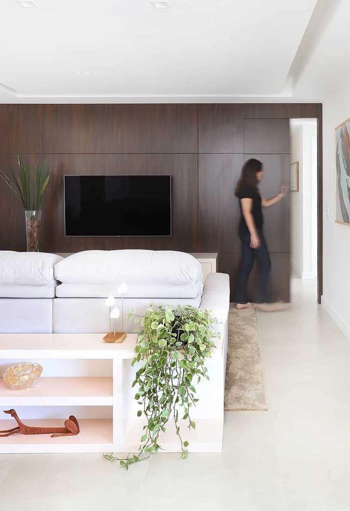 Madeira escura para trazer elegância e sofisticação a sala de estar