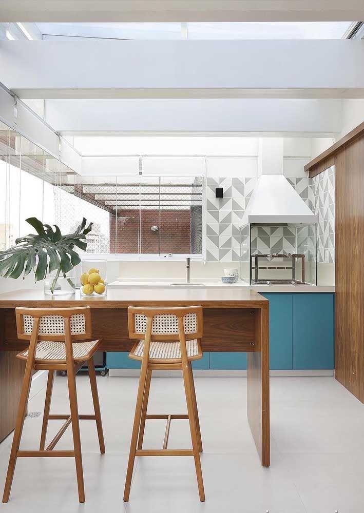 Uma cozinha alegre e receptiva que soube combinar os tons de madeira com o azul