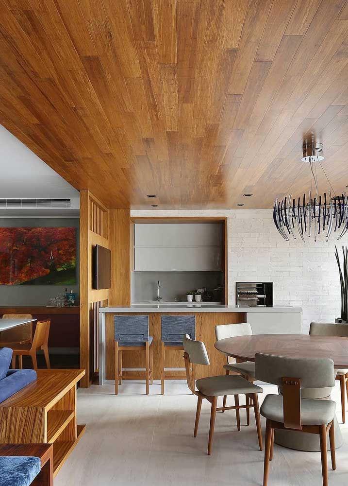 Tons neutros da decoração permitem que o forro de madeira seja o destaque absoluto do ambiente