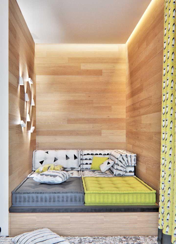 Amarelo, azul e madeira clara para a decor moderna e descontraída