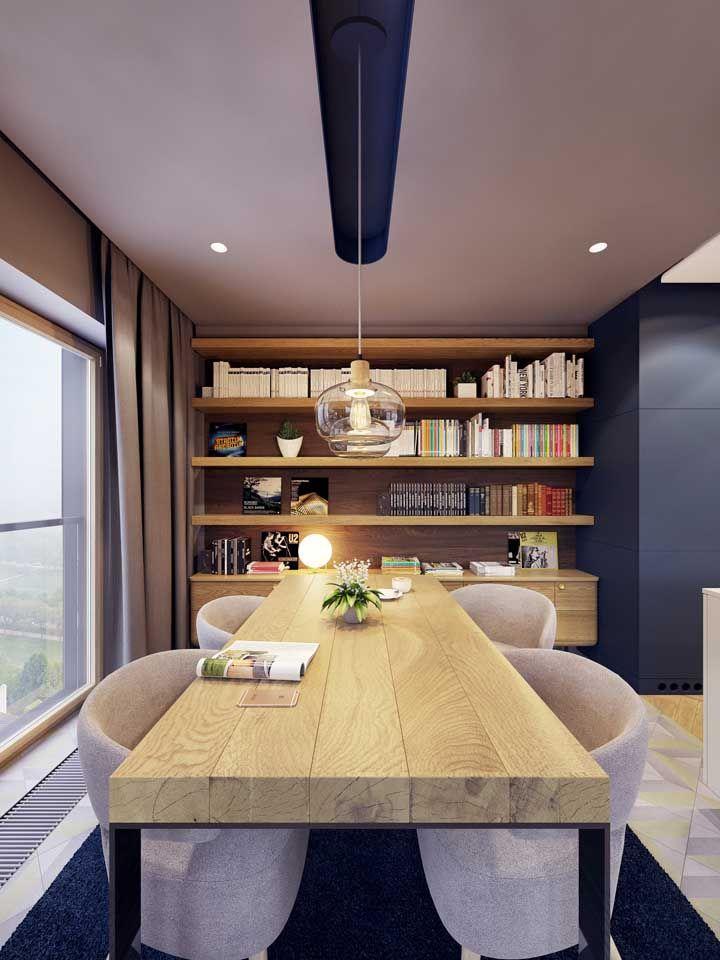 Para se inspirar: mesa de madeira maciça rústica e de tom claro combinada com azul escuro da decor