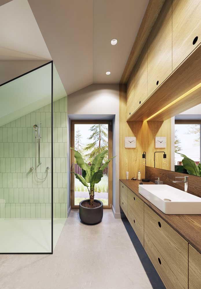 Dois tons de madeira combinados no mesmo móvel do banheiro