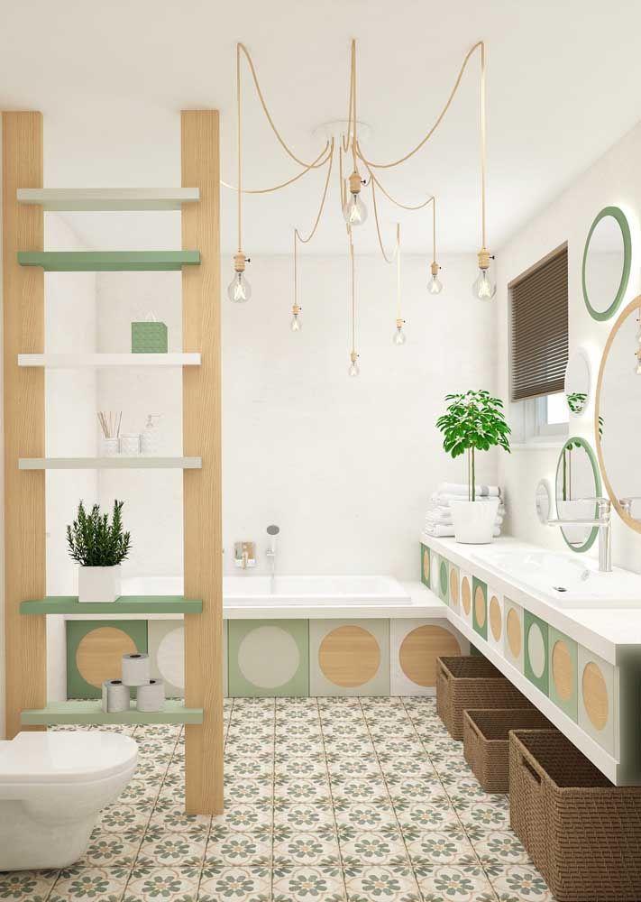 Uma decoração cheia de elementos, mas com apenas três cores: madeira clara, verde e branco